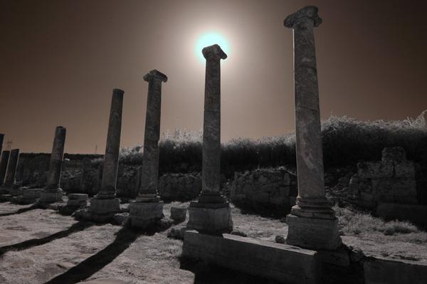 ИК фотография, колонны античных руин